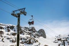 在山的空中览绳 免版税库存图片