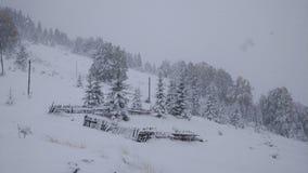 在山的第一雪做了很多损伤 库存照片