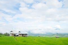 在山的米大阳台,和那里是小屋在米领域中间 库存照片