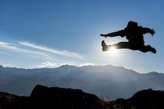 在山的精力充沛的运动 库存照片