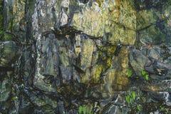 在山的纹理石岩石 库存照片