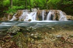 在山的美丽的小瀑布 免版税库存照片