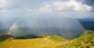 在山的美丽的彩虹 免版税库存照片