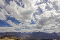 在山的美丽的阴暗天空与多雪的山峰 免版税图库摄影
