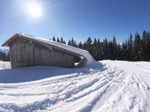 在山的美丽的雪小屋 库存照片