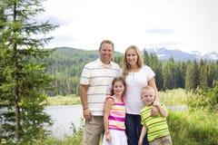 在山的美丽的年轻家庭画象 库存图片