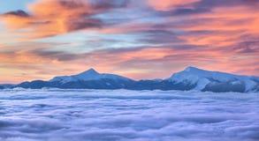 在山的美好的冬天日出。 库存图片