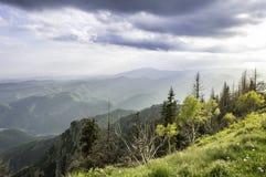 在山的美好的夏天日落 免版税库存照片