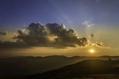 在山的美好的夏天日落 免版税图库摄影