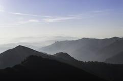 在山的美好的夏天风景与太阳在黎明 免版税库存图片