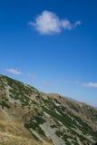 在山的美好的天 库存图片