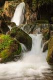 在山的美好的小瀑布风景 图库摄影