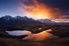 在山的美好的日出临近湖 库存图片