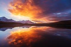 在山的美好的日出临近湖 免版税库存照片
