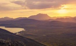 在山的美好的日落, Landmanalaugar,冰岛 库存图片