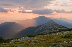 在山的美好的日落 夏天山横向 免版税库存图片