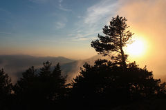 在山的美好的日落 秋天风景, Chatyrdag pla 免版税库存照片