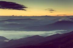 在山的美好的有雾的早晨 免版税库存图片