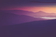 在山的美好的有雾的早晨 库存图片