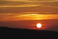 在山的美好的黎明,阳光明亮的桔子在自然背景中 免版税库存照片