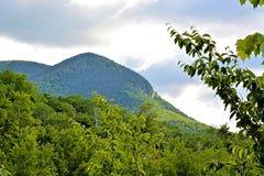 在山的美妙的云彩 免版税库存照片