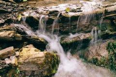 在山的美妙的瀑布 研究结果旅行 库存图片