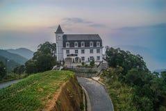 在山的老城堡 免版税图库摄影