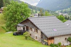 在山的老瑞士山中的牧人小屋 图库摄影