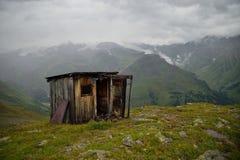 在山的老被毁坏的大厦 免版税图库摄影