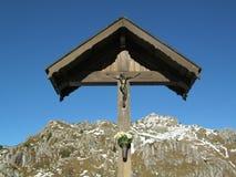 在山的耶稣受难象 库存照片