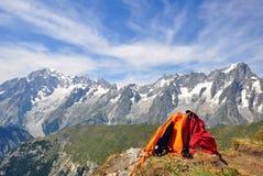 在山的背包 免版税图库摄影