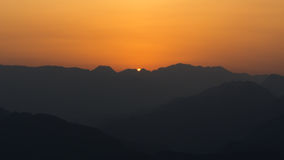 在山的膨胀的日落 库存照片