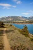 在山的自行车和远足足迹 免版税库存照片