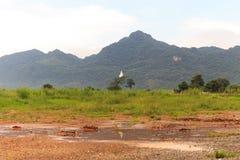在山的菩萨雕象与多云 免版税库存照片