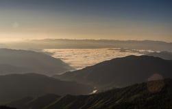 在山的薄雾在观点的早晨 免版税库存照片