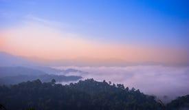 在山的薄雾 库存照片