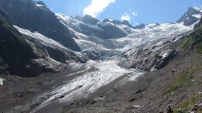 在山的融化冰河 免版税库存图片