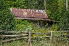 在山的被放弃的农舍 图库摄影