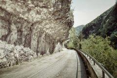 在山的被放弃的路 库存图片