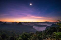 在山的观点阳光与月亮在黎明 免版税库存照片