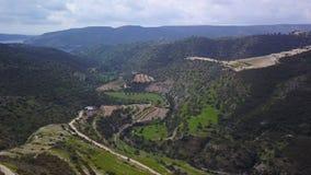 在山的谷在塞浦路斯在春日,鸟瞰图 股票录像