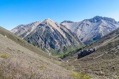 在山的谷在蓝天下 库存图片