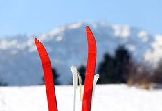 在山的越野滑雪与雪 库存图片