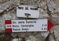 在山的足迹标志与在Pasubio山的意大利文本 库存图片