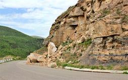 在山的路在岩石中 库存图片