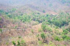 在山的路在操作Luang国立公园,热,清迈,泰国 热天气和干旱 免版税库存照片