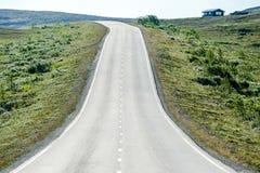 在山的路,在瑞典斯堪的那维亚北部欧洲 库存图片