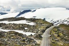 在山的路, Geiranger 免版税库存照片