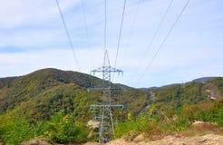 在山的输电线 高加索 俄国 免版税库存照片