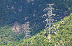 在山的输电线 免版税库存图片